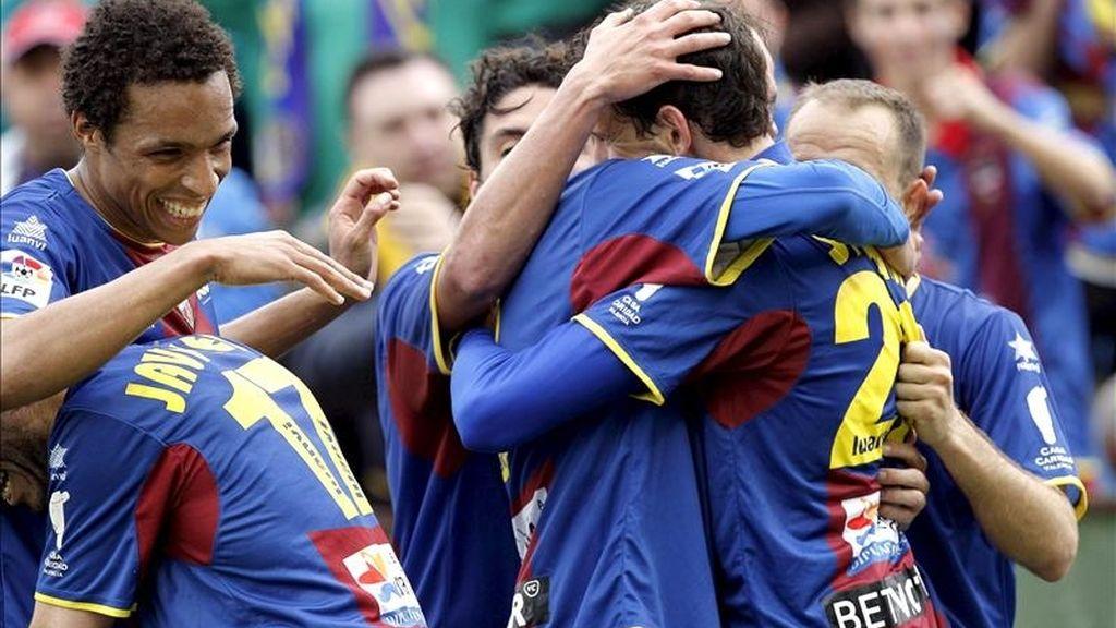 Varios jugadores del Levante celebran el tercer gol de su equipo marcado por Stuani, ante el Málaga durante el partido correspondiente a la trigésima jornada del Campeonato Nacional de Liga de Primera División que enfrentó a ambos equipos en el estadio Ciutat de Valencia. EFE