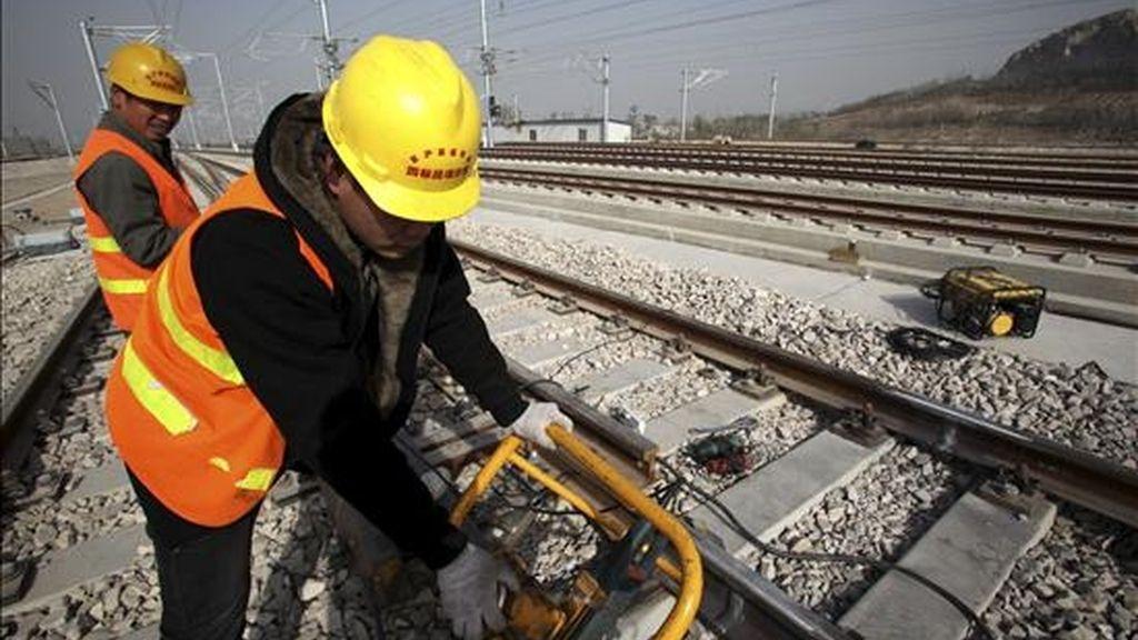 Varios obreros trabajan en la construcción de la estación de tren de Xuzhou Este, que forma parte de la línea de alta velocidad entre las ciudades de Pekín y Shanghái. EFE/Archivo