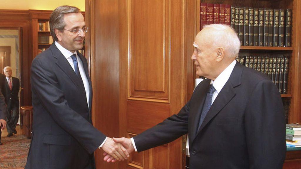 El líder del partido conservador Nueva Democracia, Antonis Samaras, se ha reunido con el presidente de Grecia, Karolos Papoulias