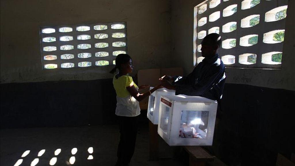 Un mujer en un centro electoral de un colegio en el barrio del barrio Belair, Puerto Prínicipe (Haití), el pasado 20 de marzo. EFE/Archivo
