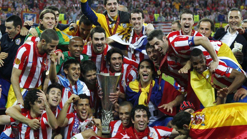 Los juagdores del Atlético de Madrid posan alegres con la copa