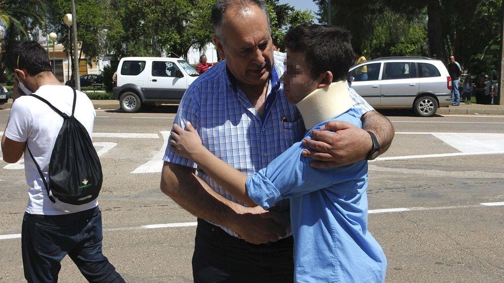 Uno de los accidentados llega al Polideportivo Municipal de Monterrubio de la Serena