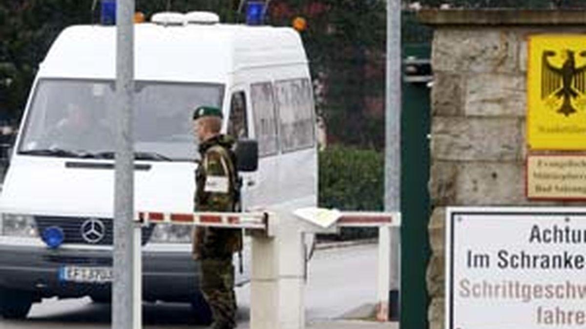 Un soldado monta guardia en la entrada de la base donde se produjo el accidente. Foto: EFE