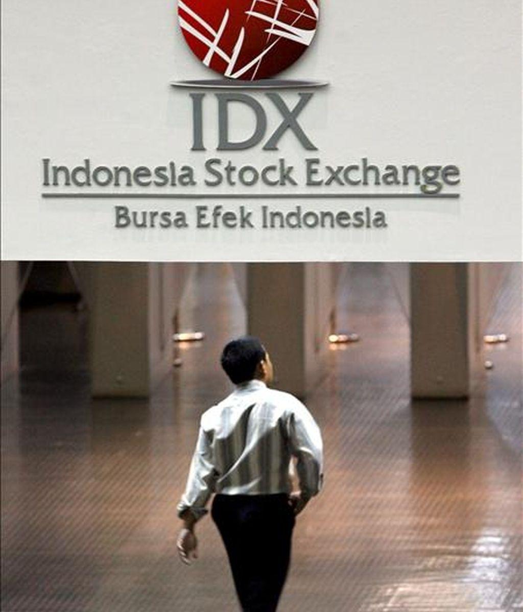 Un ejecutivo indonesio camina por la Bolsa de Valores Indonesia en Yakarta. EFE/Archivo