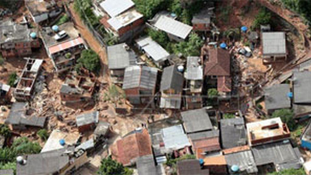 En las tareas de rescate participan cerca de 1.000 hombres de los Bomberos, la Defensa Civil, la policía y las alcaldías de la región, que cuentan con el apoyo de siete helicópteros. Vídeo: Informativos Telecinco.