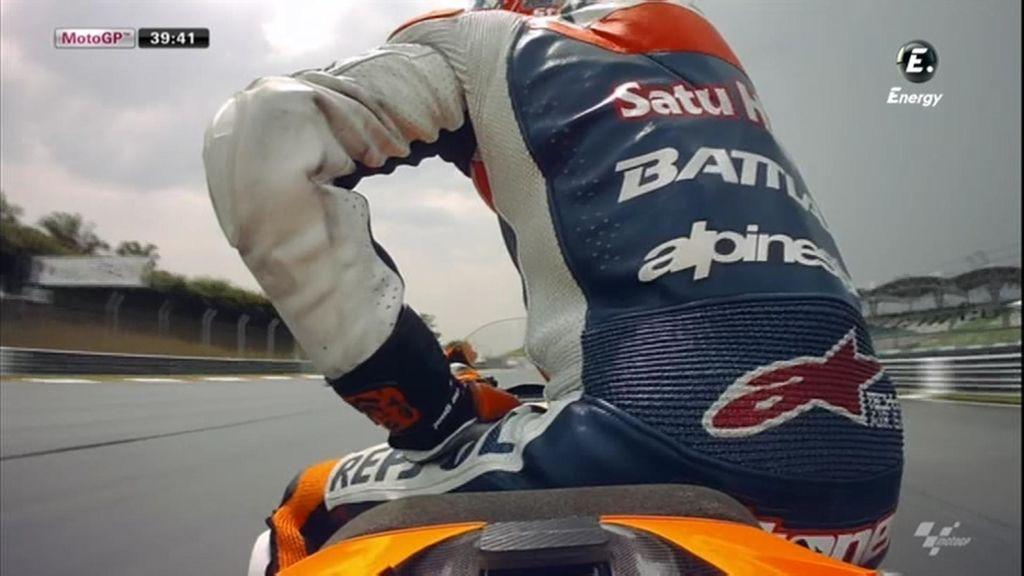 Stoner mira hacia atrás desde su Honda durante los entrenamientos de Malasia