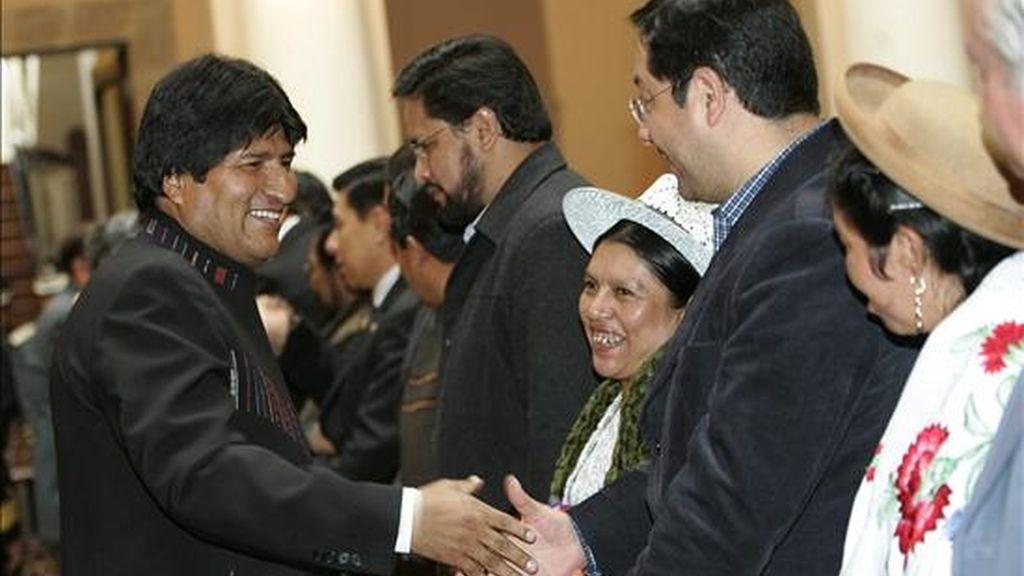 El presidente de Bolivia, Evo Morales (i), saluda a varios ministros luego de tomarles juramento durante un acto en el Palacio de Gobierno, en La Paz. EFE