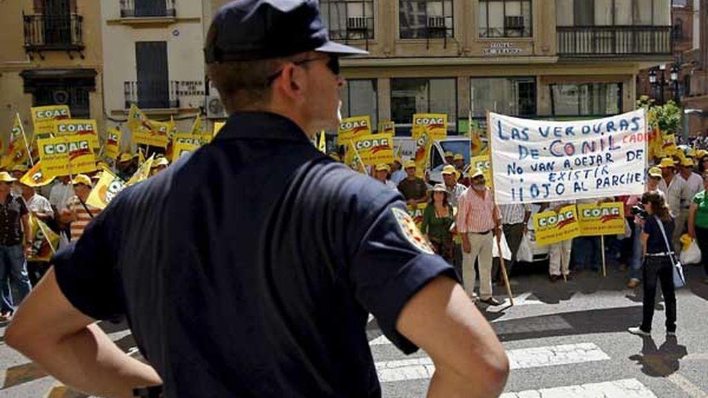 Los agricultores también se han concentrado en Sevilla para protestar por el incremento en los costes de la producion agraria. FOTO: EFE