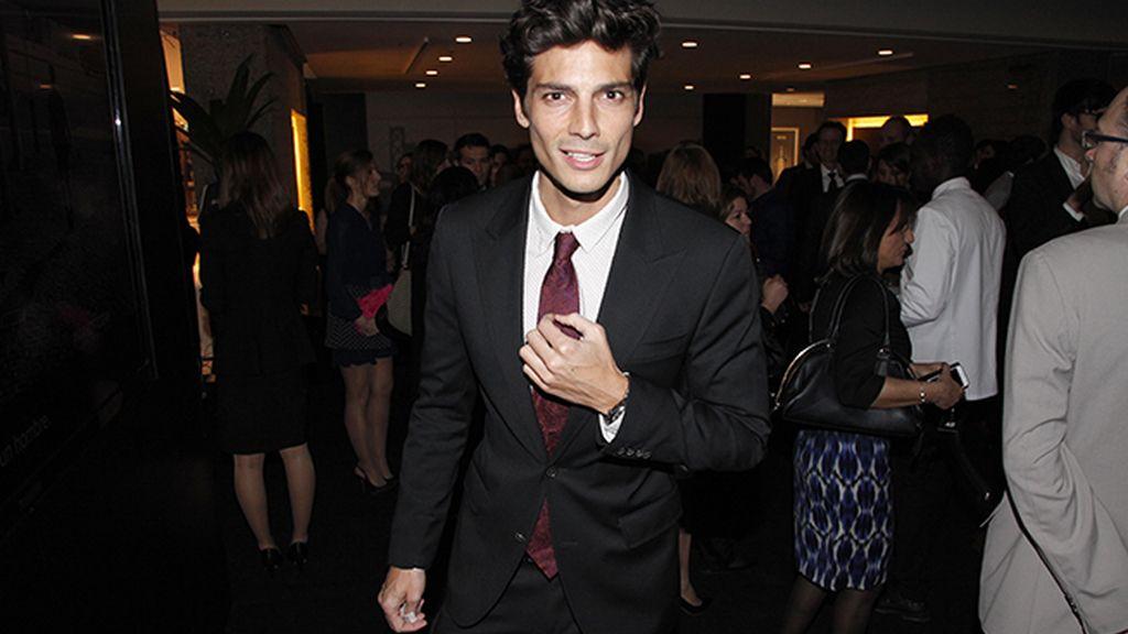 Javier de Miguel muy elegante con este traje y una original corbata, todo de Hugo Boss