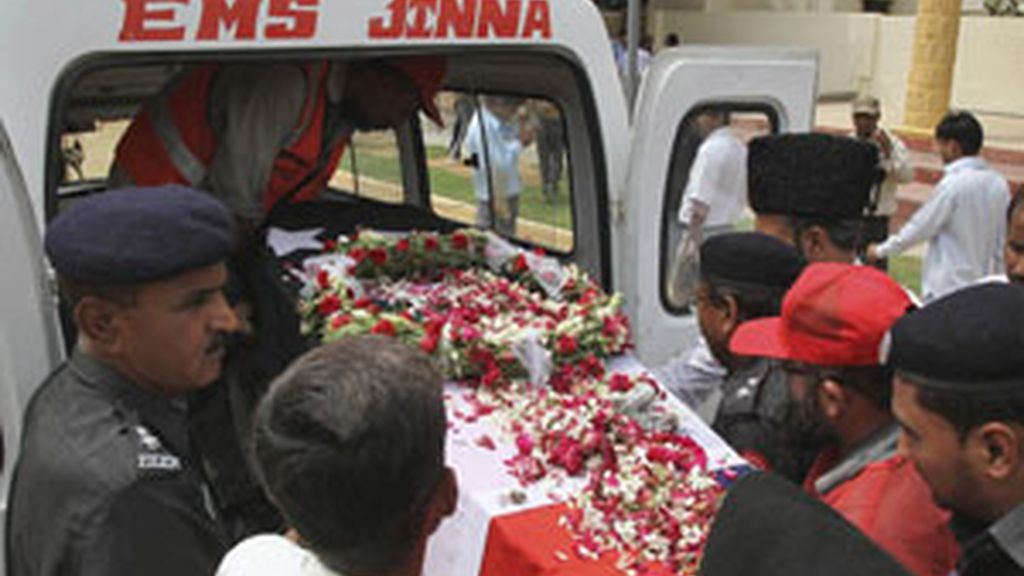 Oficiales de seguridad portan el ataud de uno de los policías muertos durante uno de los tiroteos en Karachi FOTO: EFE
