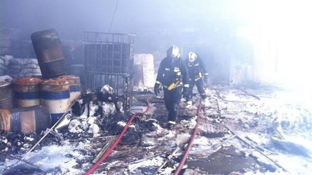Incendio de una nave de productos químicos en Campo Real (Madrid)