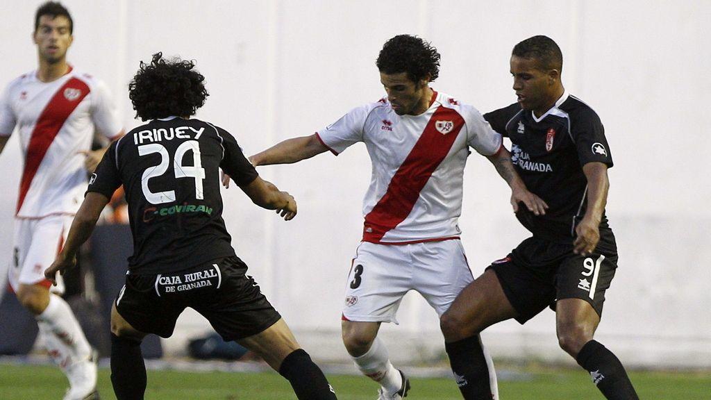 El jugador del Rayo Vallecano, Casado , disputa el balón con Iriney  y El Arabi , del Granada