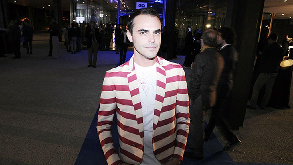 Ion Fiz luciendo una chaqueta de su propia colección para hombre