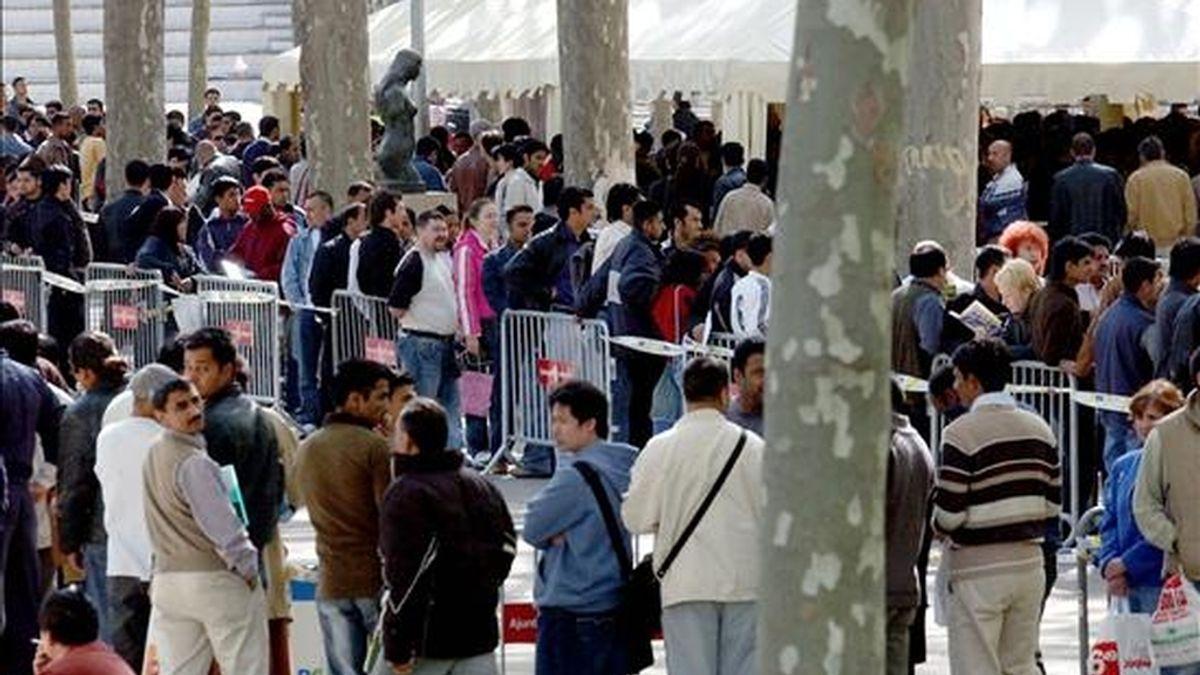 Centenares de inmigrantes hacen cola para obtener el certificado de empadronamiento. EFE/Archivo