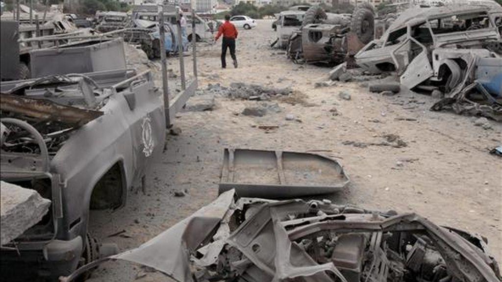 Varios palestinos inspeccionan la zona de seguridad de Hamás destruida tras un ataque aéreo israelí ayer, 31 de julio. Israel ha bombardeado hoy Gaza por segundo día consecutivo. EFE