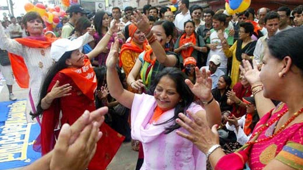 Ciudadanos nepalíes celebran la proclamación de la República. Vídeo: Informativos Telecinco.