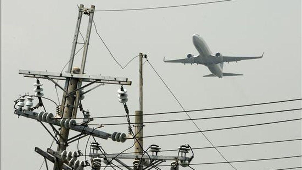 Los restos de una persona fueron hallados en una de las ruedas trasera de un avión de una compañía privada saudí que realizaba la línea Beirut-Riad, informó hoy la Agencia Nacional de Noticias (ANN) libanesa. En la imagen, un avión sobrevuela la ciudad de Manila. EFE/Archivo