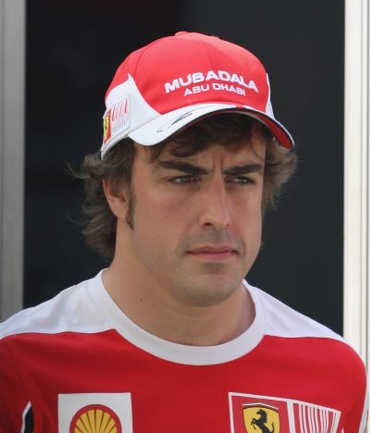 Alonso, a su llegada al circuito de Sepang. FOTO: EFE.