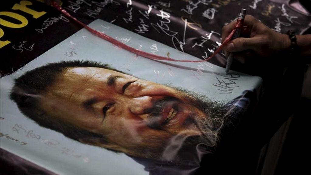 Una persona firma una petición de liberación para el artista y disidente chino, Ai Weiwei, detenido el pasado 3 de abril, por un supuesto delito económico, en el distrito financiero de Hong Kong, China, ayer, 8 de abril de 2011. EFE