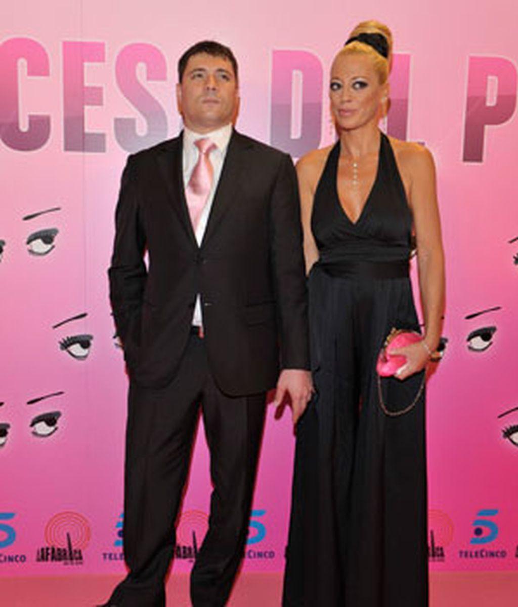 Belén Esteban llegaba del brazo de su marido a la premiere de su documental. FOTO: TELECINCO