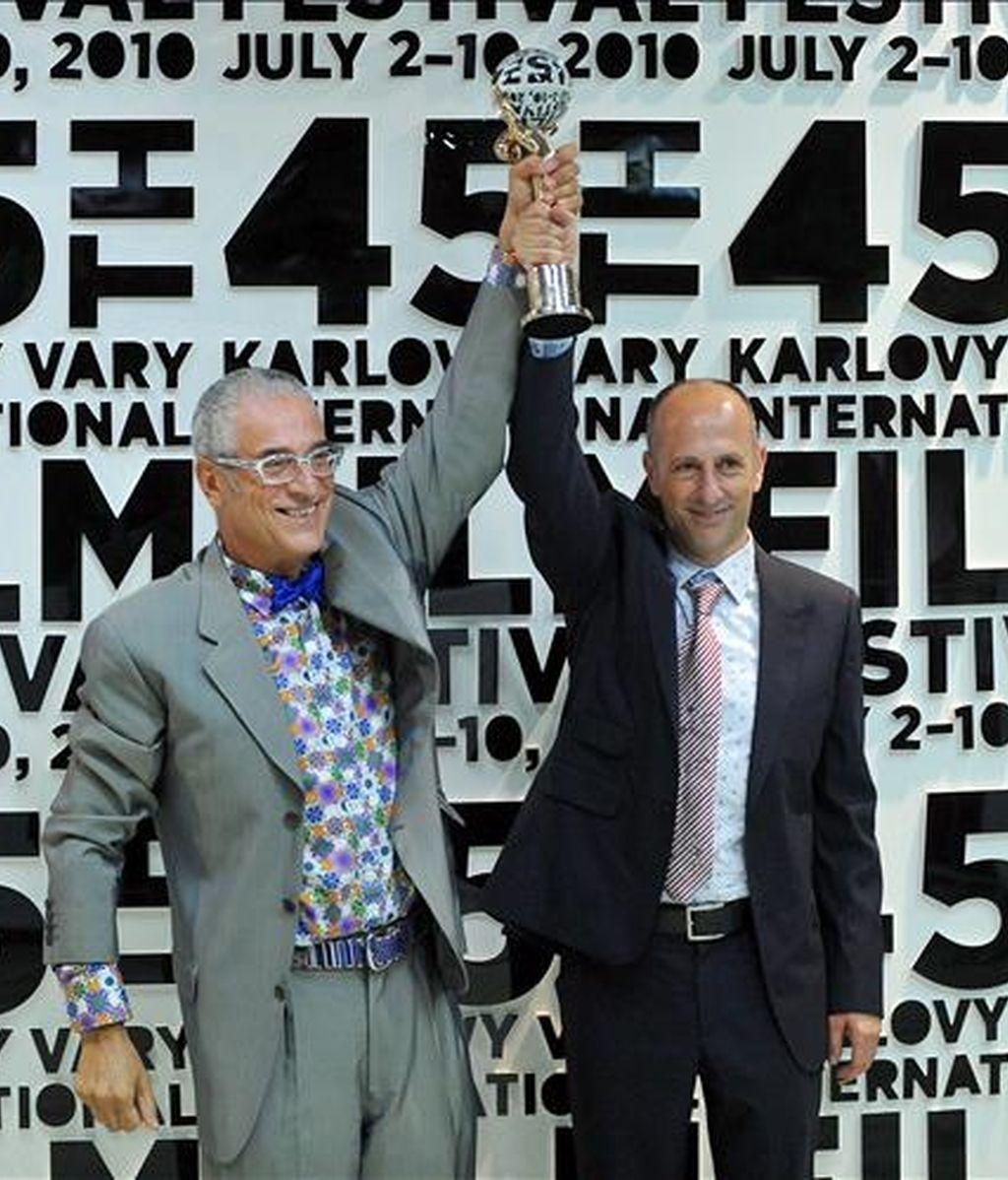 """El director español Agustí Vila (izq) y el productor Luis Minarro sostienen el Globo de Cristal que han recibido por la película """"La red del mosquito"""" en el Festival Internacional de Cine de Karlovy Vary, República Checa, hoy sábado 10 de julio. EFE"""