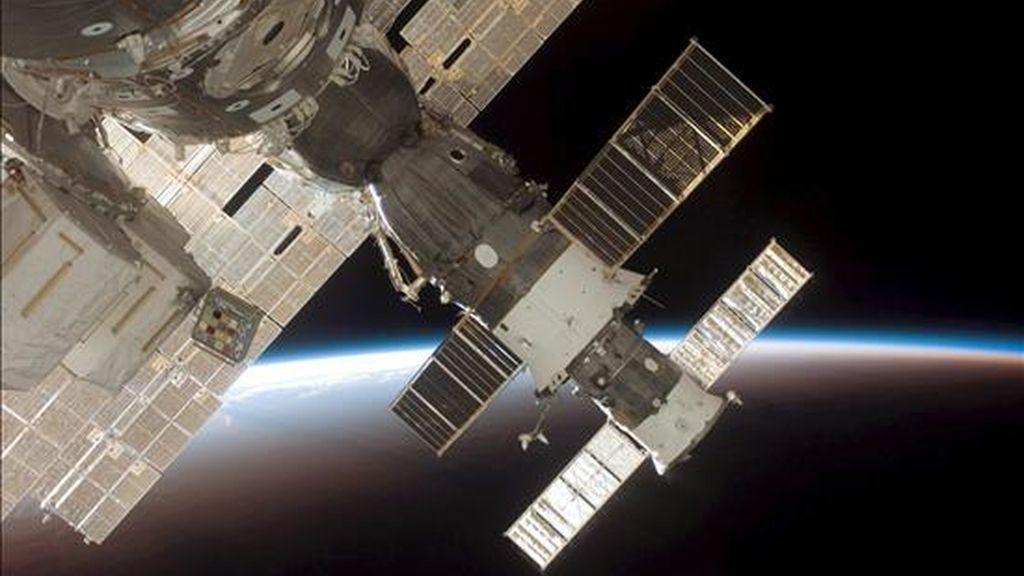 """Imagen de NASA de la Estación Espacial Internacional, mientras el transbordador espacial Discovery se acopla a la estación. La EEI se encuentra """"estable"""", pues la mayoría de los sistemas están siendo enfriados y muchos otros están funcionando con redundancia. EFE/Archivo"""