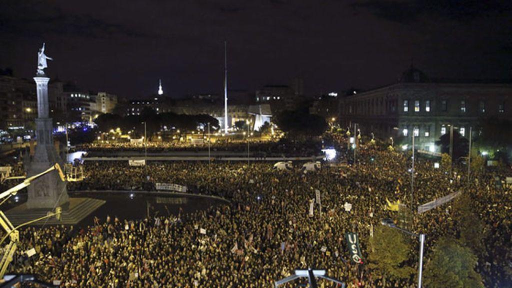 Gran número de personas en la plaza de Colón, donde ha finalizado la manifestación convocada por los sindicatos, que ha partido de la plaza de Cibeles de la capital.