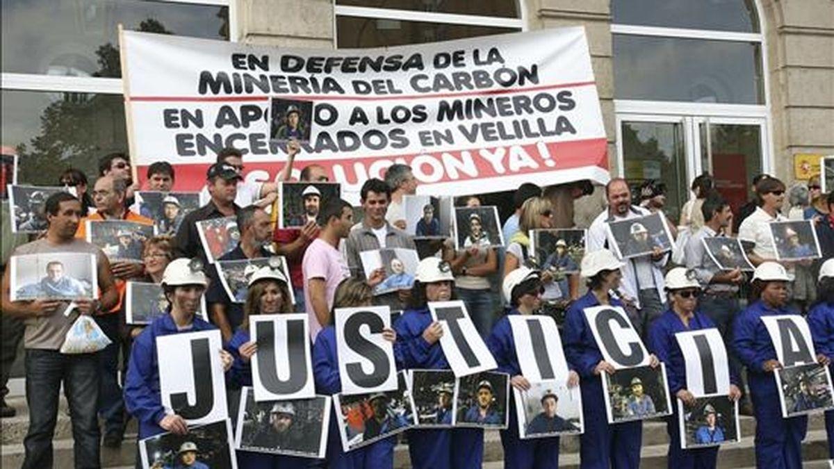 Las mujeres de los mineros encerrados desde el 2 de septiembre a 500 metros de profundidad en el pozo Las Cuevas de Velilla del Rio Carrión (Palencia), se concentraron ante la subdelegación del Gobierno en Palencia, en apoyo a las reivindicaciones de sus maridos. EFE