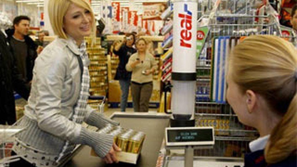Paris Hilton, de compras en un supermercado. Foto: EFE