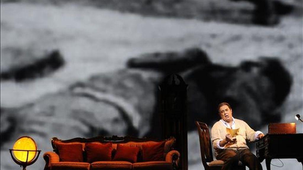 """El tenor español Plácido Domingo, en representación del papel de Pablo Neruda, participa en el ensayo de vestuario para la obra """"Il Postino"""" en Viena (Austria). La ópera será estrenada el jueves. EFE"""