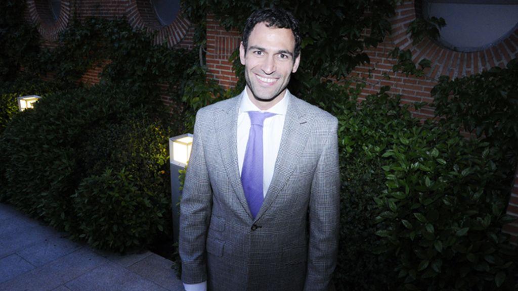 Dario Barrio muy elegante con este traje Príncipe de Gales de Tutto Uomo