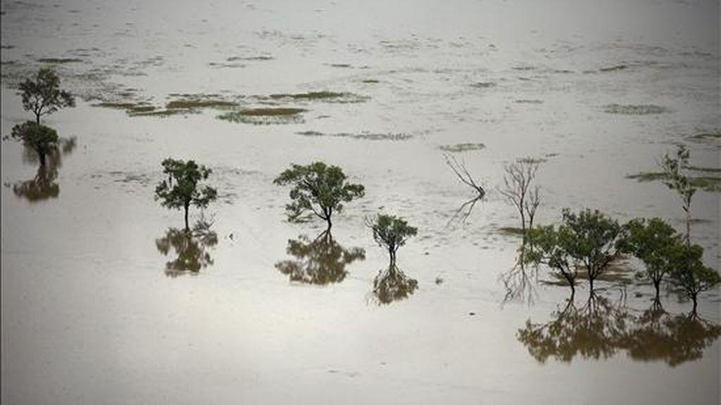 Vista tomada desde el aire de las inundaciones en el sur de Rockhampton (Australia), ayer, 6 de enero de 2011. Ha vuelto a llover en las zonas del noreste de Australia afectadas por graves inundaciones en las últimas semanas, y los meteorólogos advirtieron de que las precipitaciones se intensificarán y continuarán el fin de semana. EFE