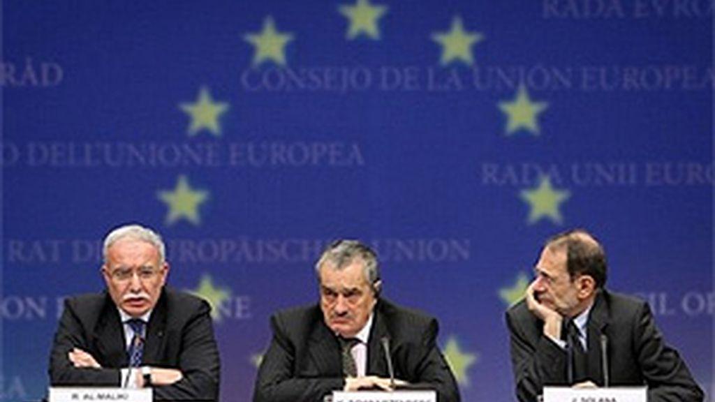 El ministro de Asuntos Exteriores de la ANP, Riyad al-Maliki, el ministro de Exteriores checo y presidente de turno del Consejo europeo, Karel Schwarzenberg, y Javier Solana, jefe de la diplomacia europea, han dado a conocer el contenido de su reunión. Foto: AP.