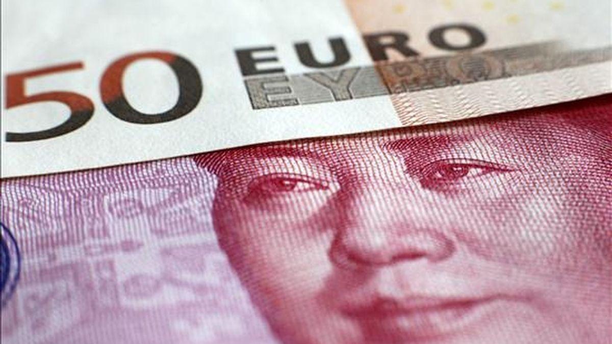 Fotografía de billetes de euro y el chino yuan. EFE/Archivo