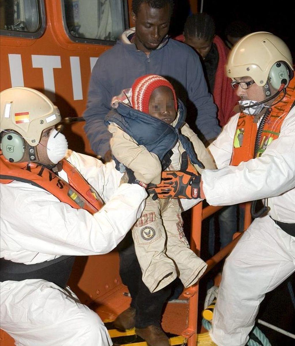 Llegada al puerto de Motril de los subsaharianos rescatados hoy por Salvamento Marítimo frente a las costas de Granada, en una patera que había partido de Marruecos. EFE