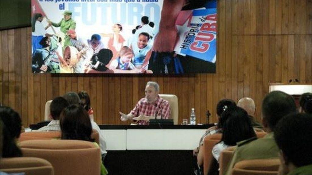 Fotografía cedida por el sitio oficial Cubadebate el  30 de julio de 2010, del ex presidente cubano Fidel Castro (c) durante una reunión que sostuvo con un centenar de jóvenes en La Habana (Cuba). EFE