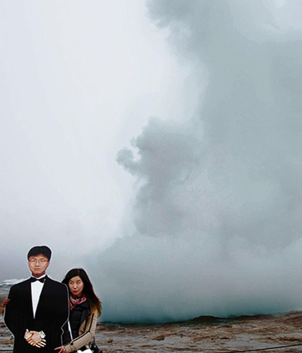 Una mujer se hace fotos por el mundo con la imagen de su padre fallecido