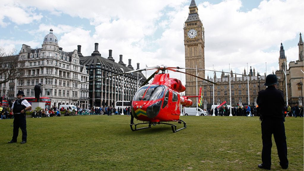 Helicóptero médico en el Parlamento británico