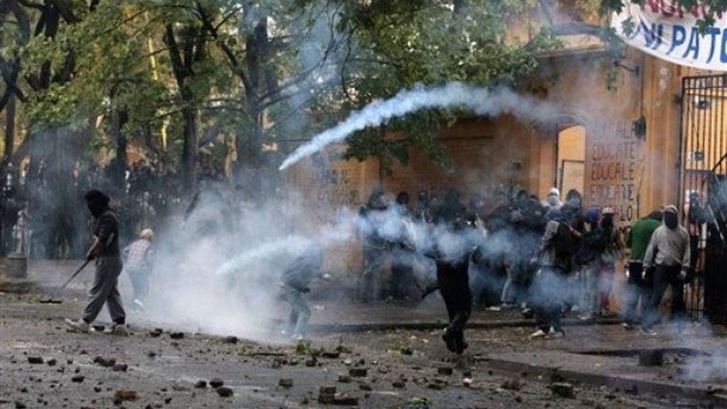 Estudiantes chilenos tiran adoquines y piedras