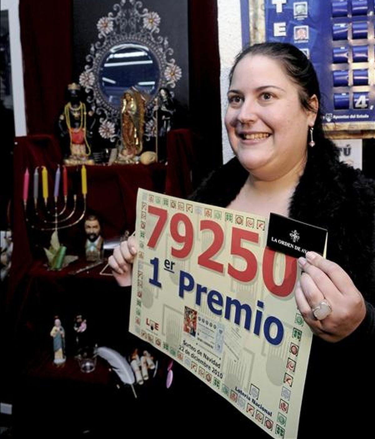 La vidente que contrataron los dueños de la administración de lotería número ocho de Alcorcón (Madrid) celebra la venta del número 79.250, primer premio en el sorteo extraordinario de Navidad. EFE/Archivo