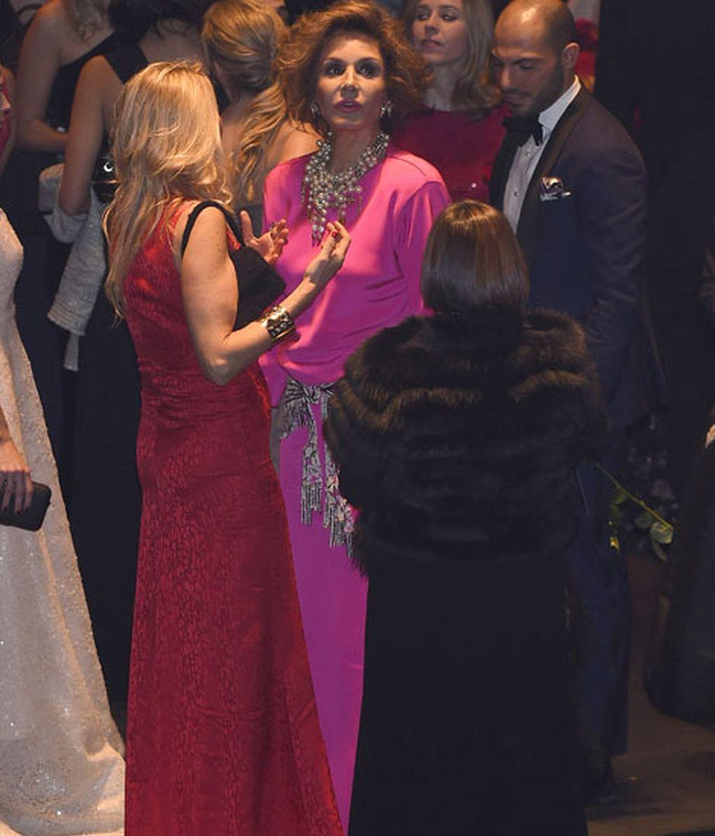 Naty Abascal escogió un llamativo vestido fucsia