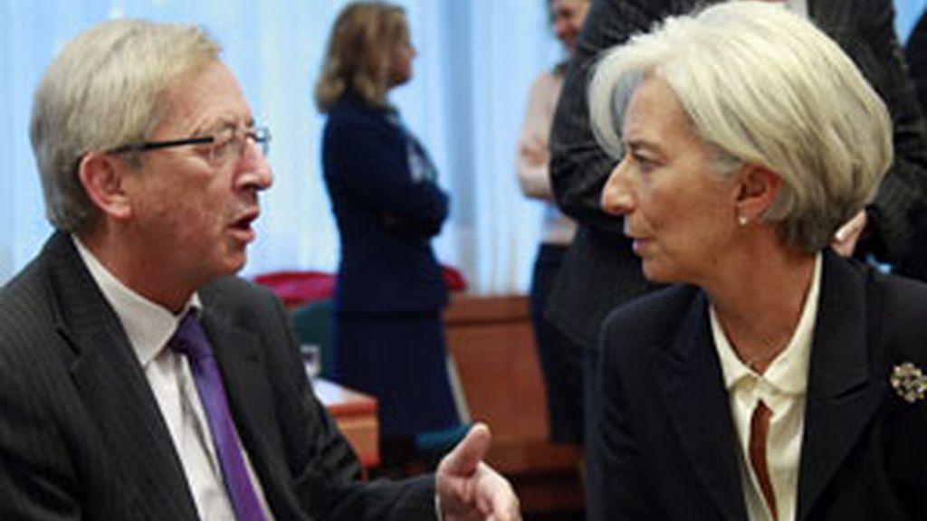 La directora del Fondo Monetario Internacional, Christine Lagarde conversa con el presidente del Eurogrupo, Jean-Claude Juncker. Foto: EFE