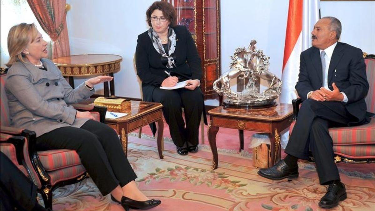 La secretaria de Estado de EEUU, Hillary Clinton (dcha), conversa con el presidente yemení, Ali Abdalá Saleh (dcha), en Saná (Yemen) durante su visita sorpresa al país. EFE