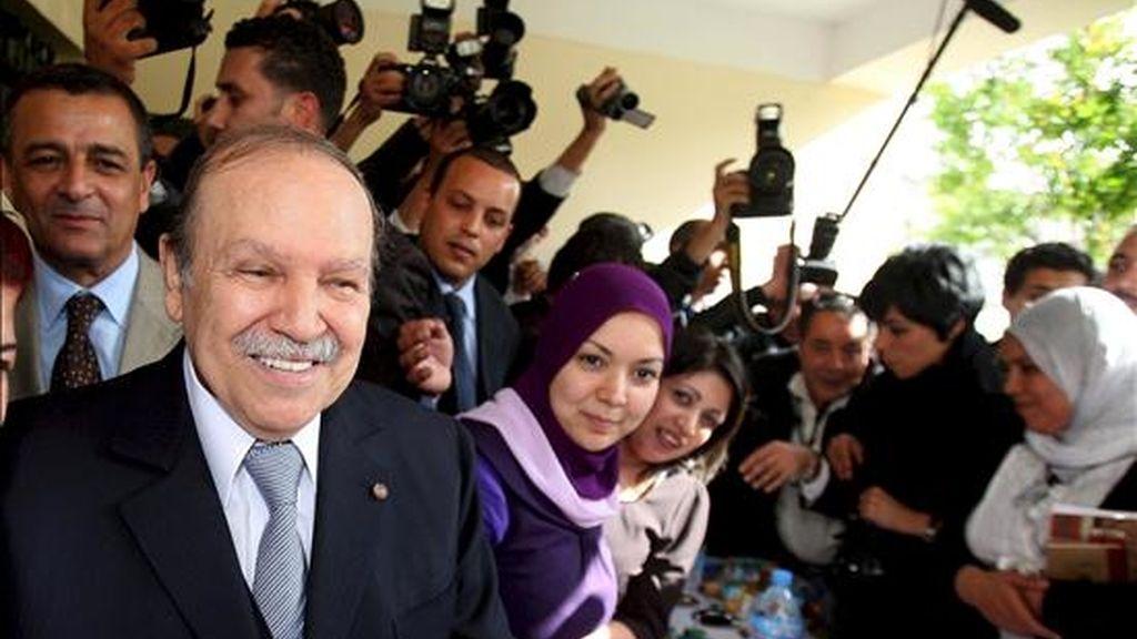 El presidente argelino, Abdelaziz Buteflika, (i), sonríe ayer durante su visita al centro de información de su campaña electoral. Dos candidatos han denunciado hoy fraudes en las elecciones generales en todo el país. EFE