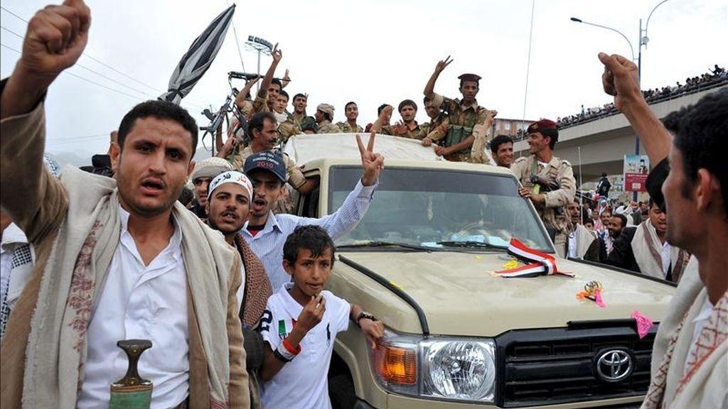 Opositores yemeníes se manifiestan contra el régimen del presidente de Yemen, Ali Abdalá Saleh, en Saná, Yemen, este viernes. EFE
