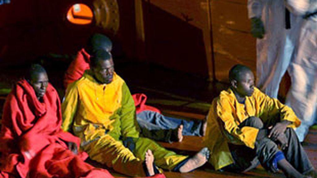 Algunas de las 67 personas que llegaron esta madrugada al puerto de Los Cristianos. Foto: EFE.