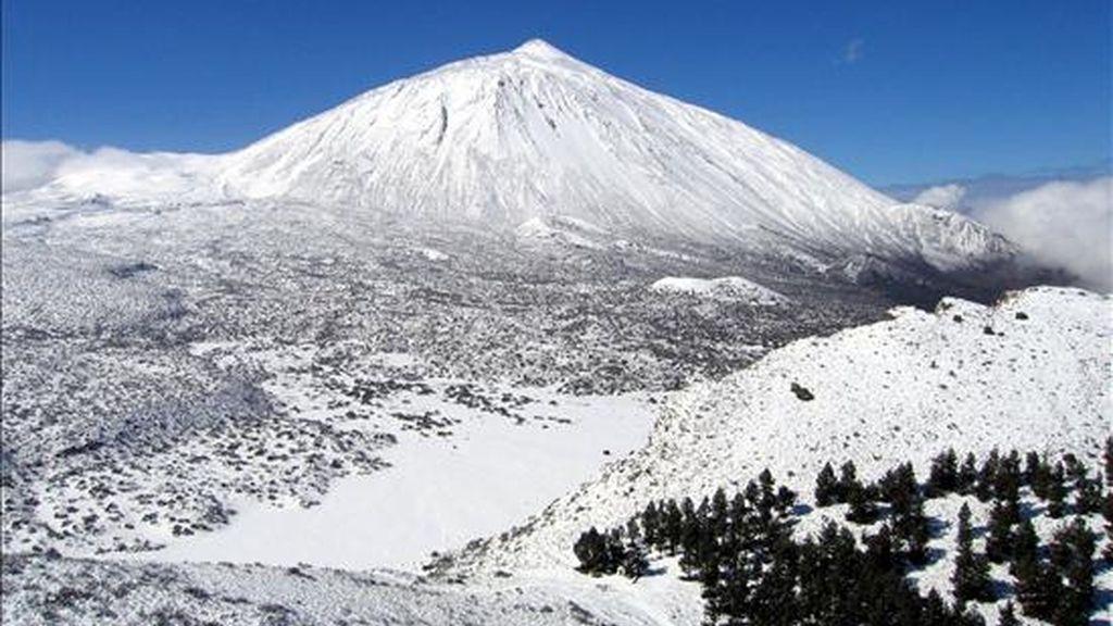 Imagen cedida por la Guardia Civil del Parque Nacional del Teide completamente nevado en 2007. EFE/Archivo