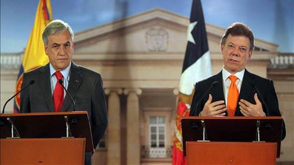 El presidente de Chile, Sebastián Piñera (i), y su homólogo colombiano, Juan Manuel Santos (d), ofrecen una rueda de prensa el pasado 24 de noviembre de 2010, en la Casa de Nariño, sede de Gobierno, en Bogotá (Colombia). EFE