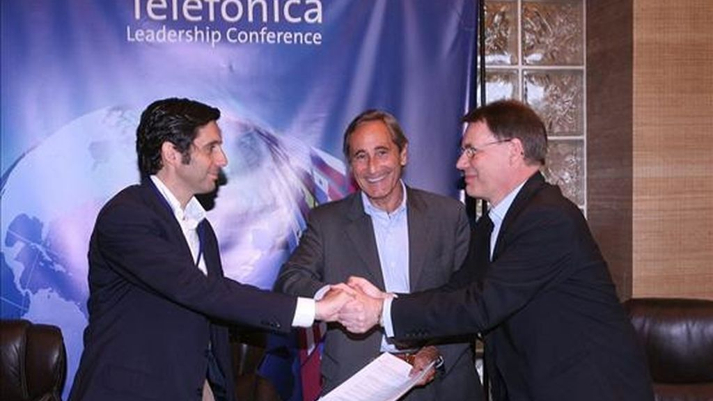 El gerente de Telefónica para América Latina, José María Álvarez-Pallete, el director general de Telefónica, Julio Linares (c), y el presidente ejecutivo de Nokia, Olli-Pekka Kallasvuo (d), tras la firma de un acuerdo estratégico para proveer contenido educativo a las escuelas ubicadas en sitios remotos de América Latina. EFE