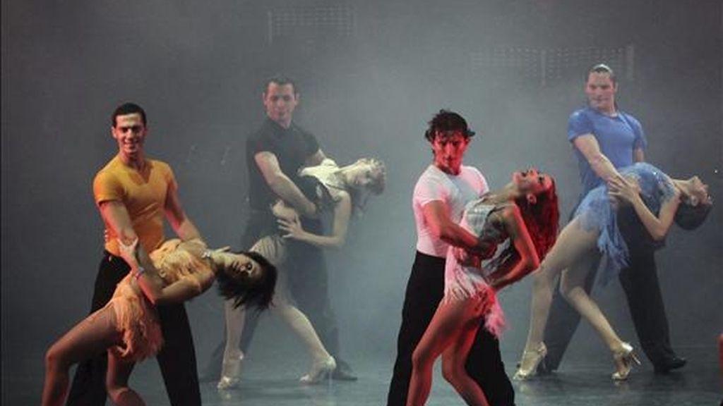 Fotografía cedida por la embajada de Argentina en Pekín que muestra un momento del espectáculo de la Compañía de Tango Mora Godoy, que brindó hoy en Pekín la primera de sus dos actuaciones en la capital china durante su gira por varias ciudades del país asiático, en la que muestran el tango más sensual mezclado con danza contemporánea y ritmos caribeños. EFE